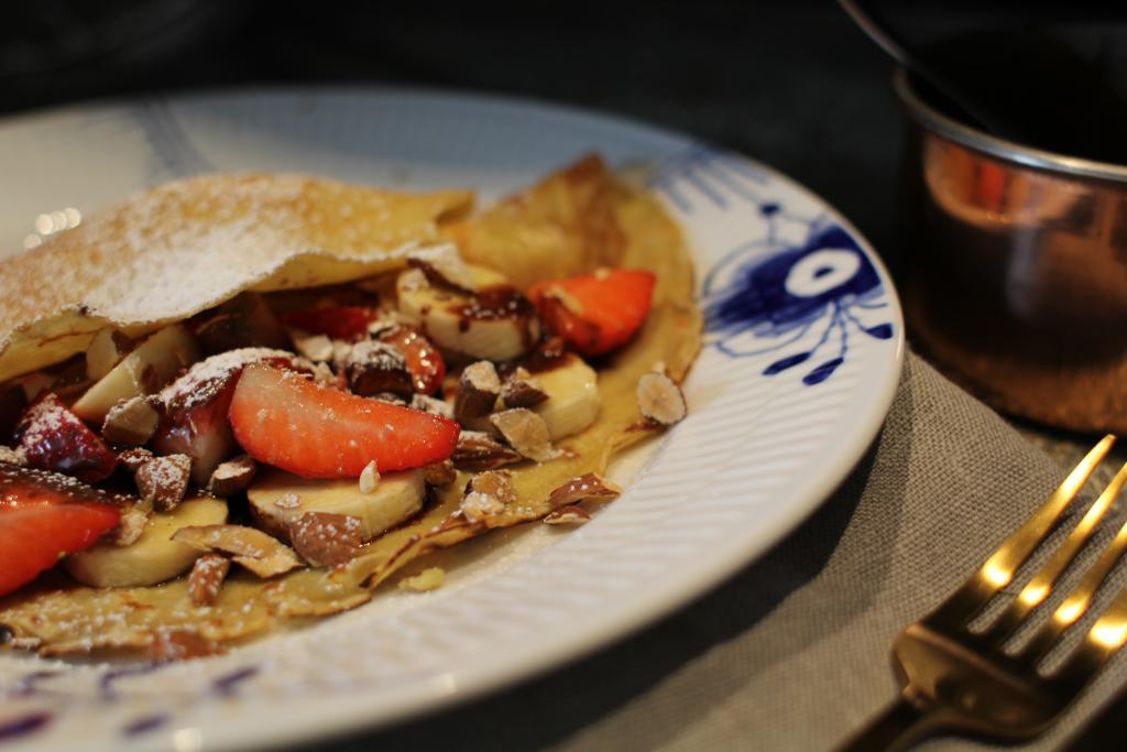 Pandekager med hjemmelavet chokoladesauce, jordbær og banan