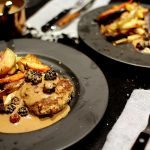 Opskrift på vildsvinebøffer med brombærsovs og bagte rodfrugter