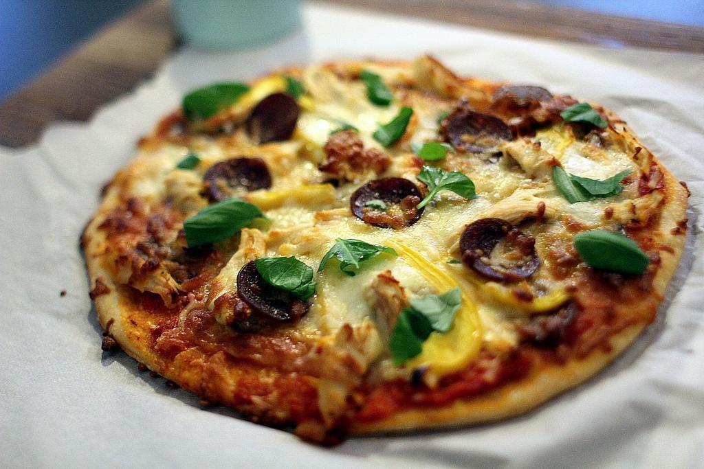 Madpakketema: Hjemmelavet pizza med tomatsauce, kylling, pepperoni og peberfrugt - perfekt som bonusmad til madpakken!