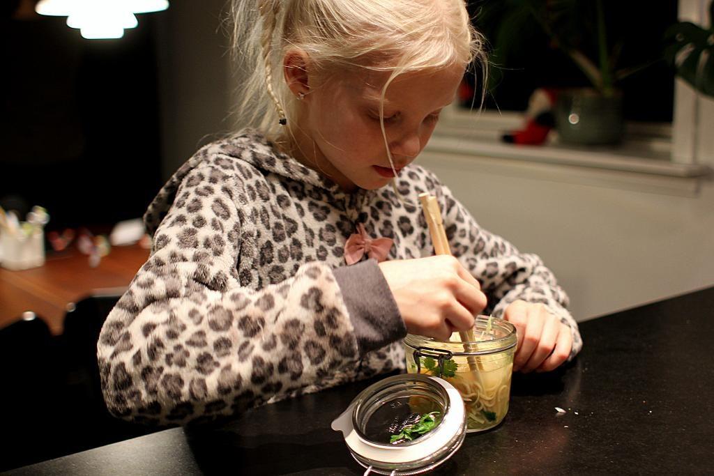 Madpakketema - Madpakkedag 3: Hjemmelavede cup noodles med kylling, gulerødder, kål og rødløg