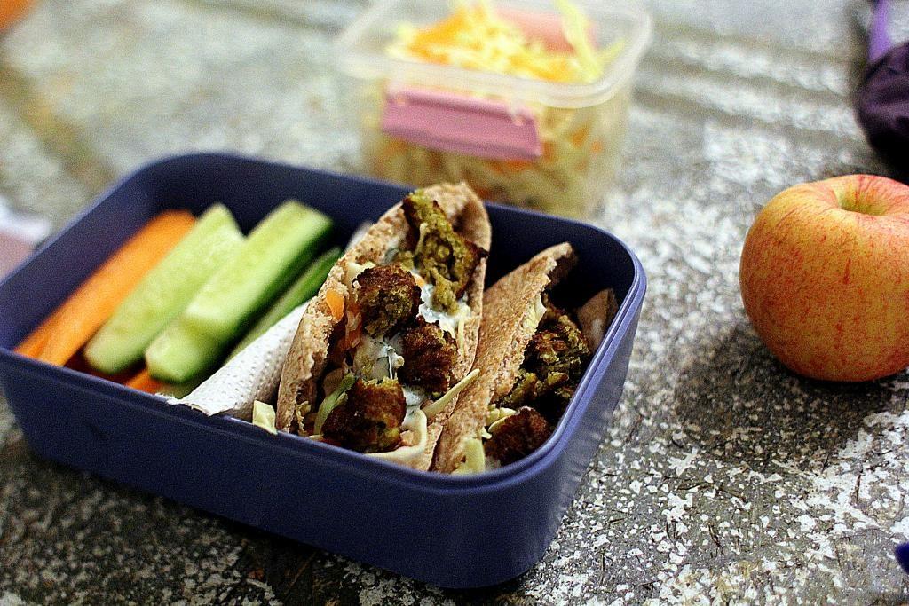 Madpakketema - Madpakkedag 4: Grov pita med falafel, myntedressing og kålsalat