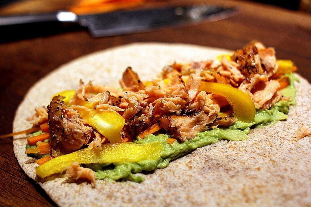 """Madpakketema - Madpakkedag 5: Verdens lækreste wraps med varmrøget laks, guacamole og friske grøntsager & """"Fredagssmoothie"""""""