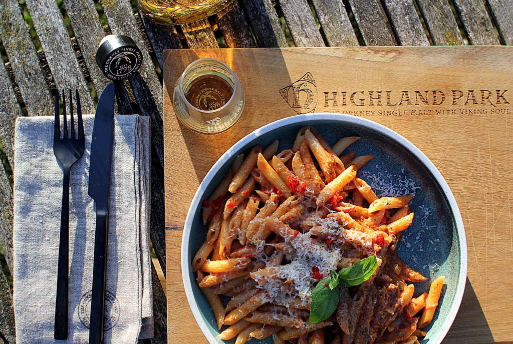 Herremiddag: Pasta med hjemmelavet whisky-tomatsauce på Highland Park 12 års...