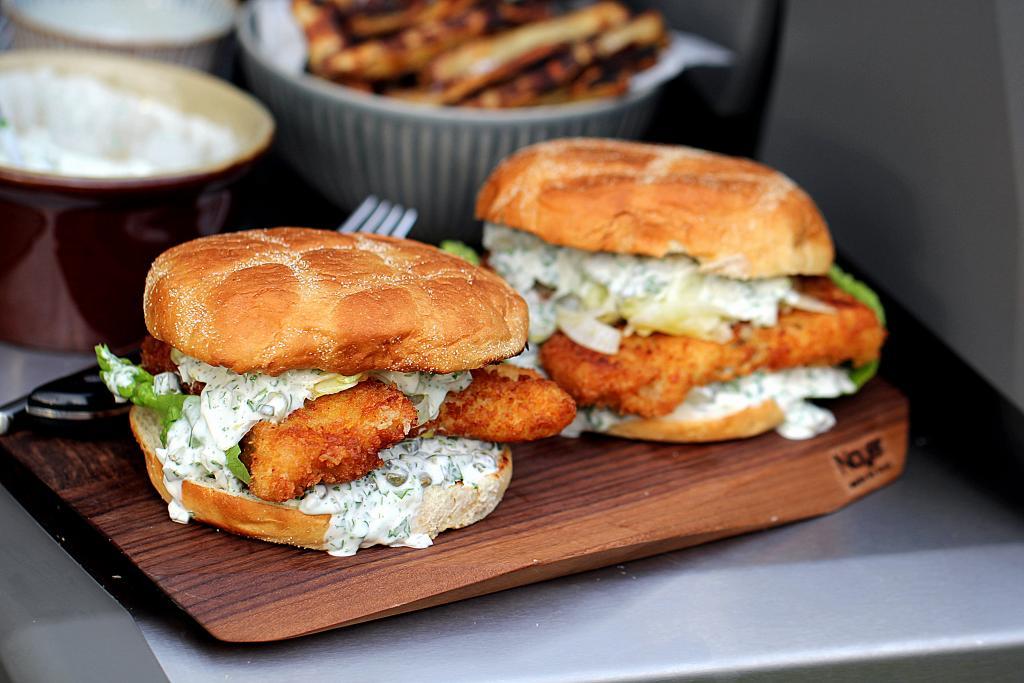 Opskrift på fiskeburger med torsk og den lækreste tatarsauce!