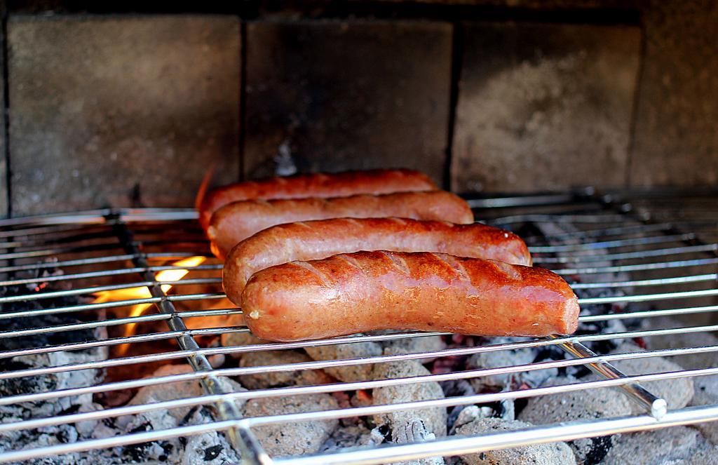 Gourmet Hotdogs med syltet kål, ketchup, remoulade, karse og rød løg...