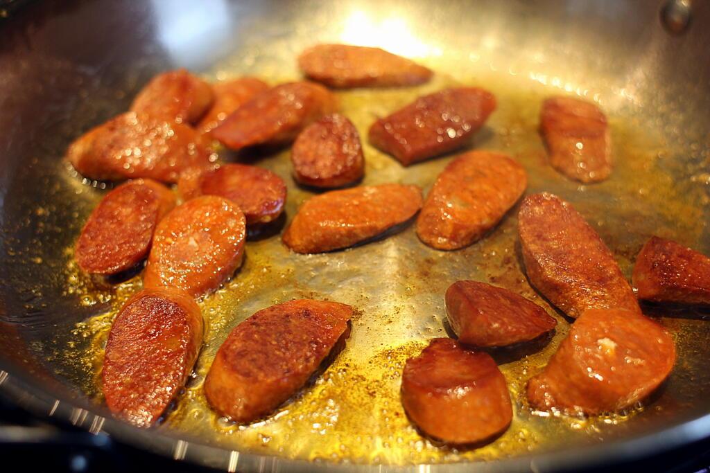 Opskrift på paella med krydret pølse og kylling