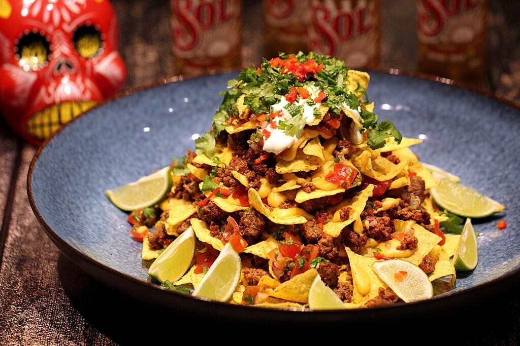 Perfekt opskrift på nachos med ostesauce, salsa og oksekød
