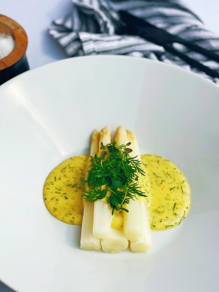 Opskrift på dampede hvide asparges med dild-hollandaise
