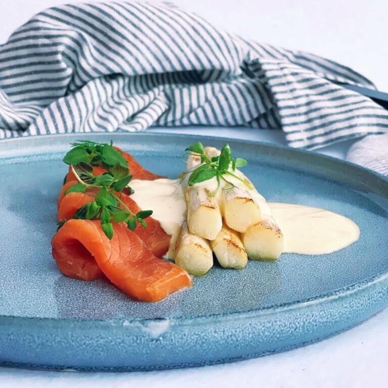 Fanø-laks med grillet hvide asparges og sauce mousseline